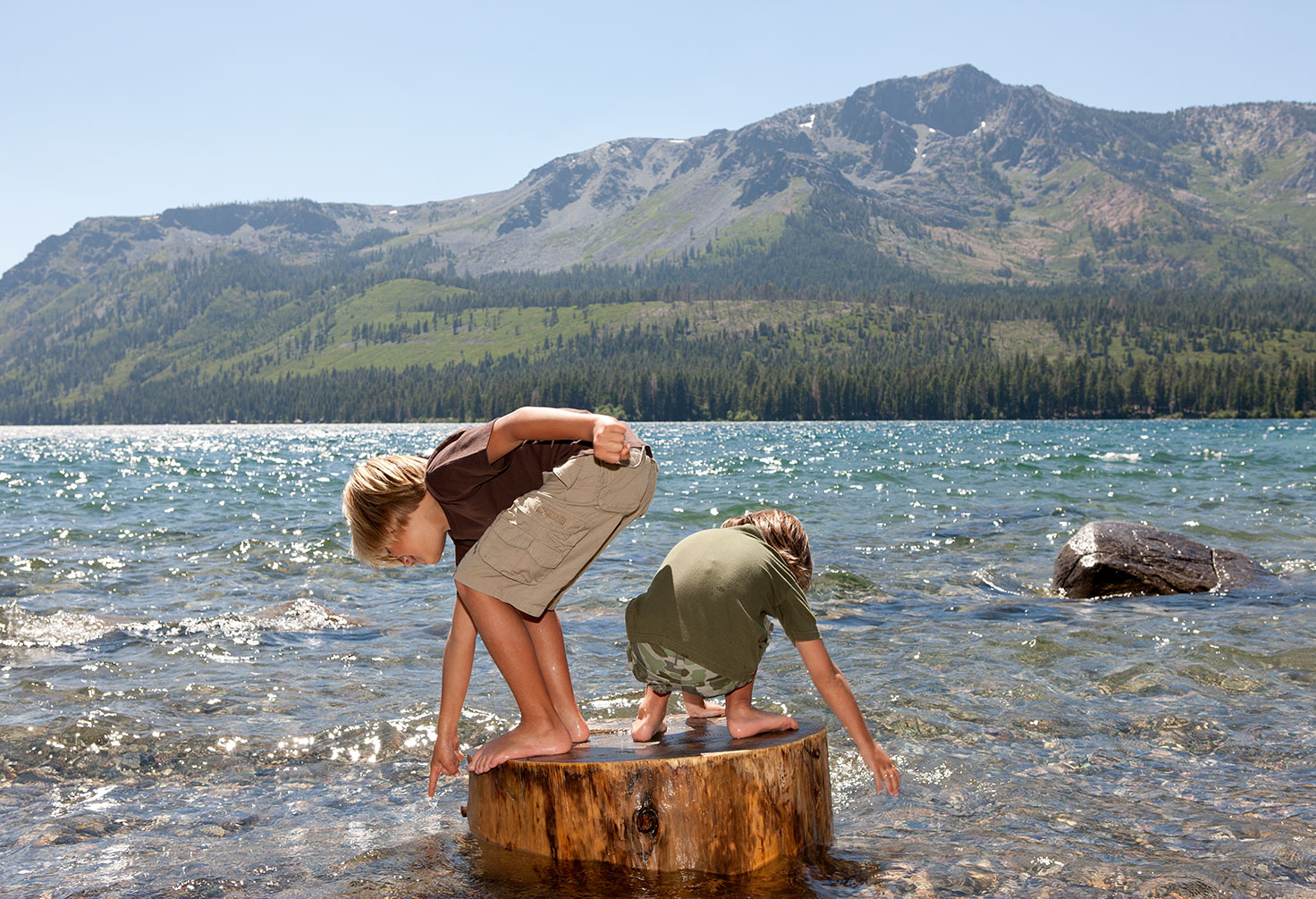 Two-kids-play-lake-tahoe