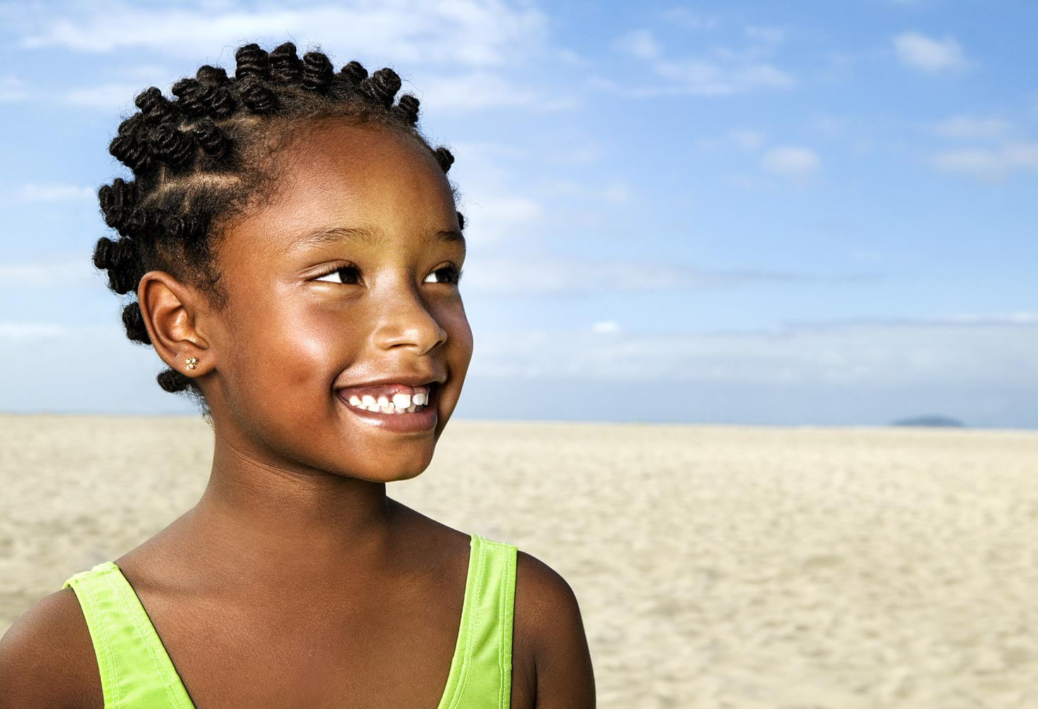 joSon childhood-Portrait of young girl at the beach